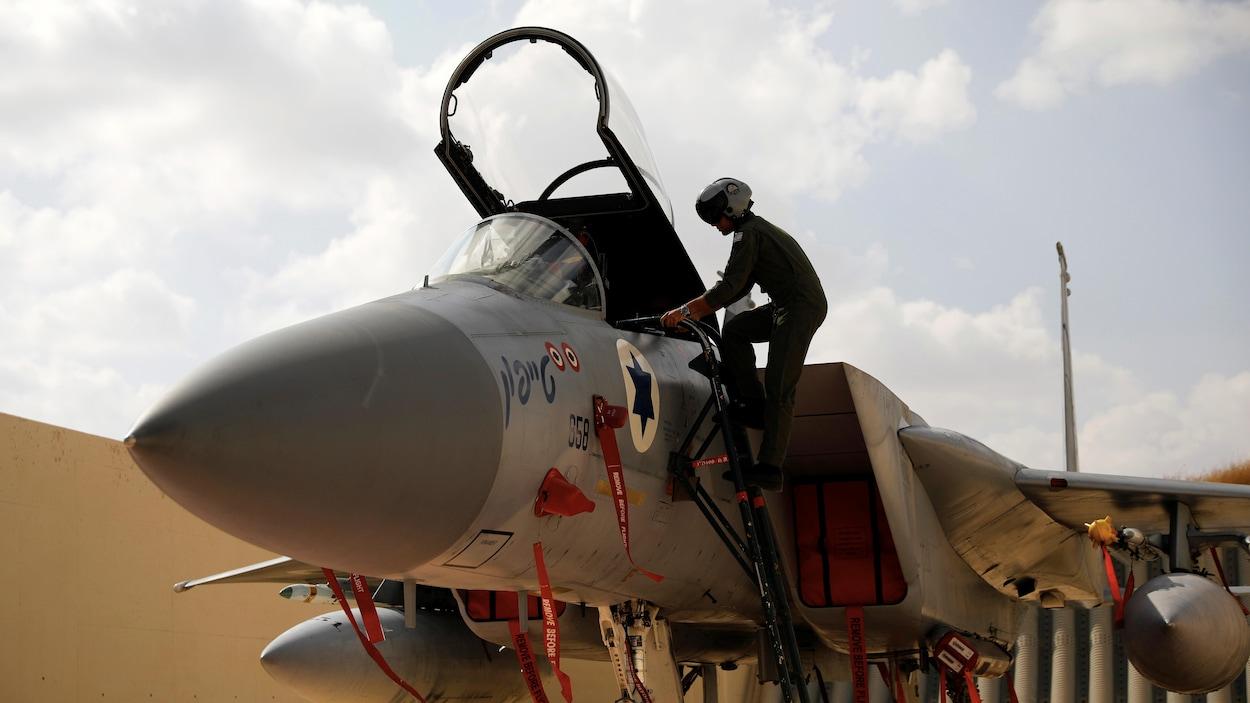 Un pilote embarque à bord d'un avion de chasse de l'armée de l'air israélienne.