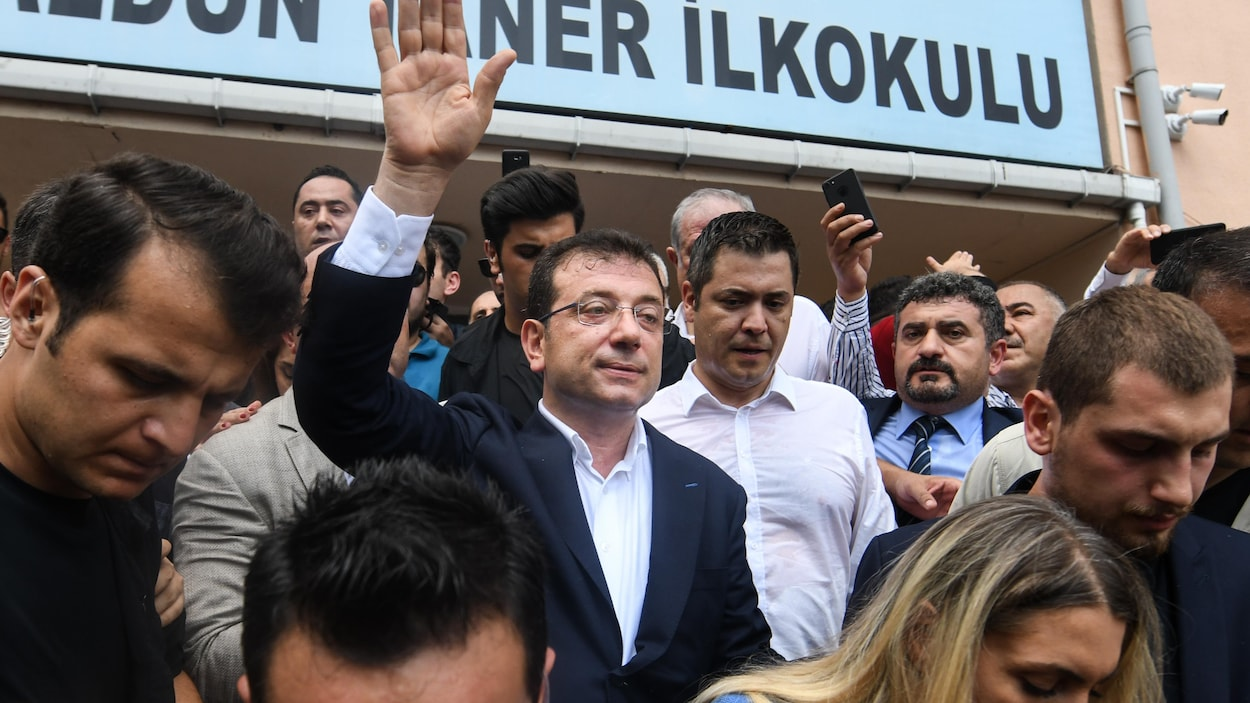 Ekrem Imamoglu salue la foule à sa sortie d'un bureau de vote à Istanbul, en Turquie.