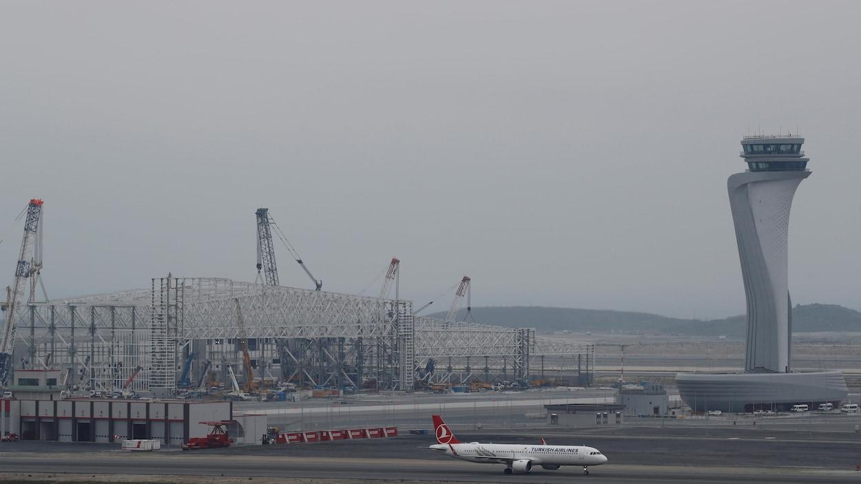 Le dernier vol de passagers, desservant Singapour, a décollé dans la nuit de samedi.
