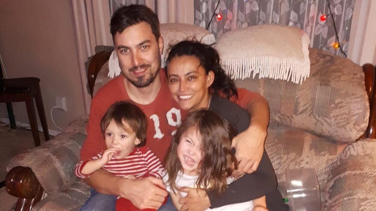 Robin McCluskey et Ivonne T. Bernal, avec leurs deux enfants.