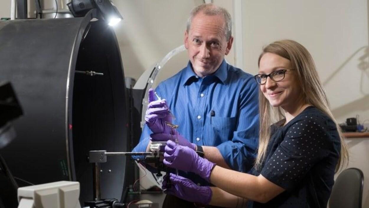 Les chercheurs Jack Gray et Rachel Parkinson souriants sont dans leur laboratoire.
