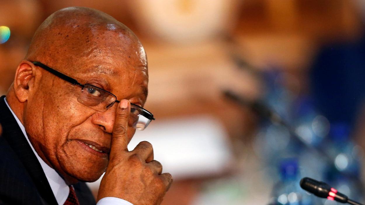 Le président sud-africain Jacob Zuma remonte ses lunettes