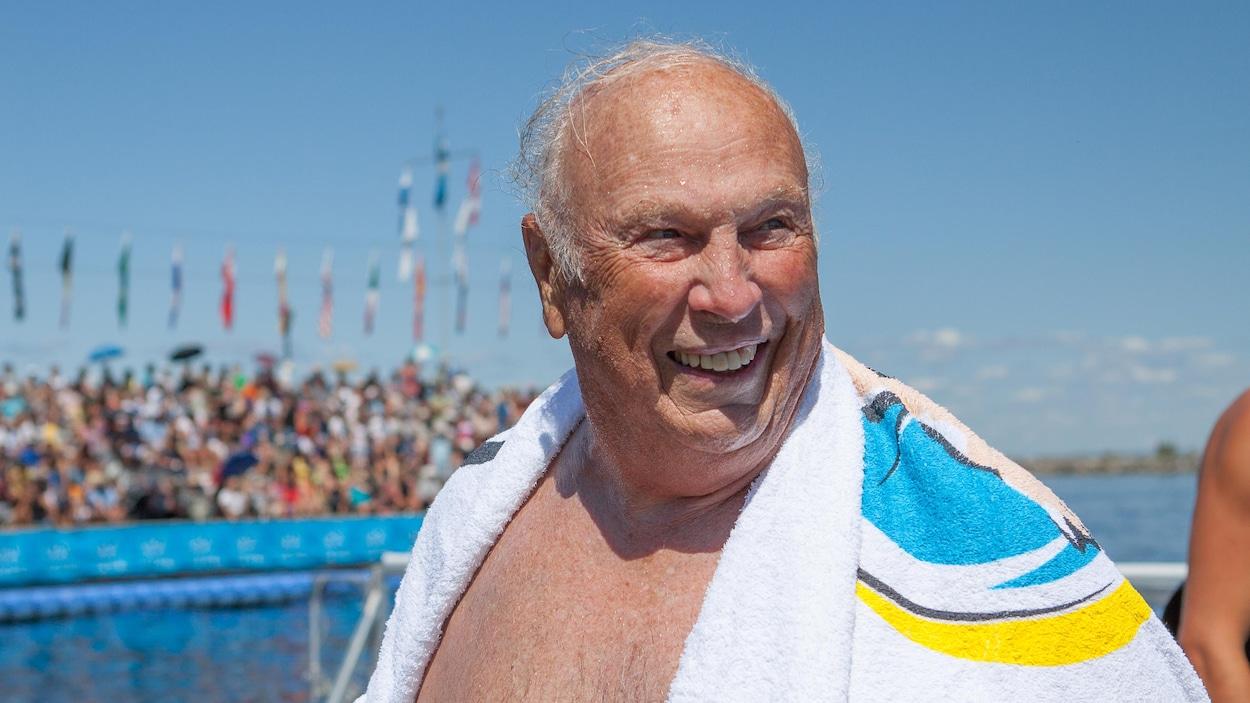 Jacques Amyot s'essuie avec une serviette après avoir sauté à l'eau