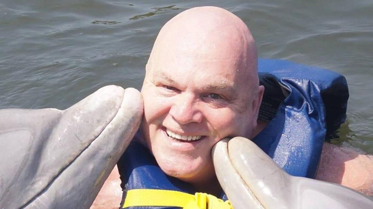 Jacques Dumont en compagnie de deux dauphins lors d'un voyage.