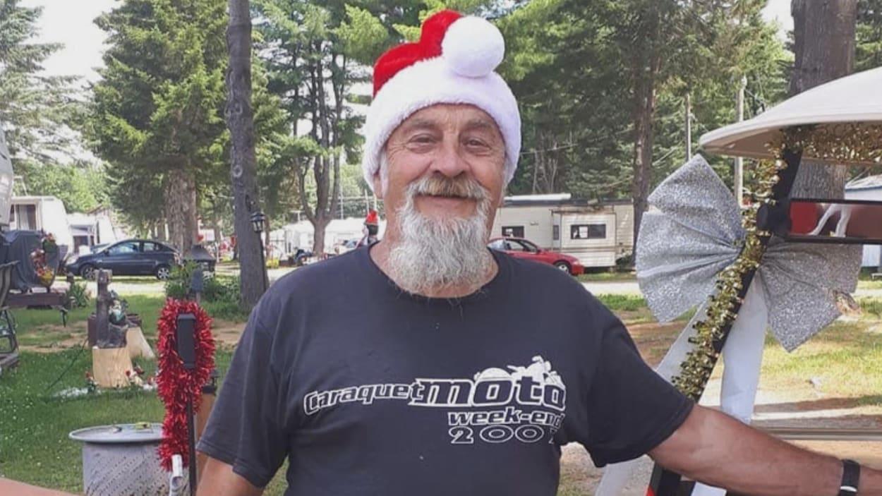 Un homme portant une barbe et une tuque de père noël.