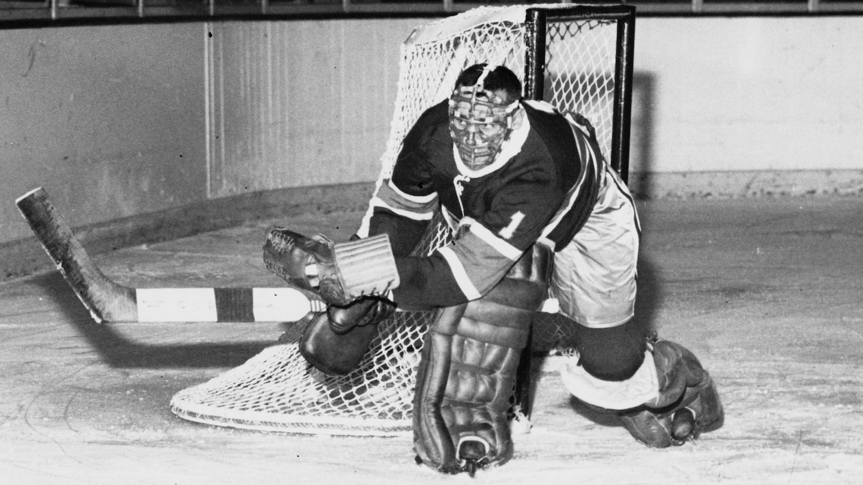 Le gardien de but Jacques Plante garde le filet.