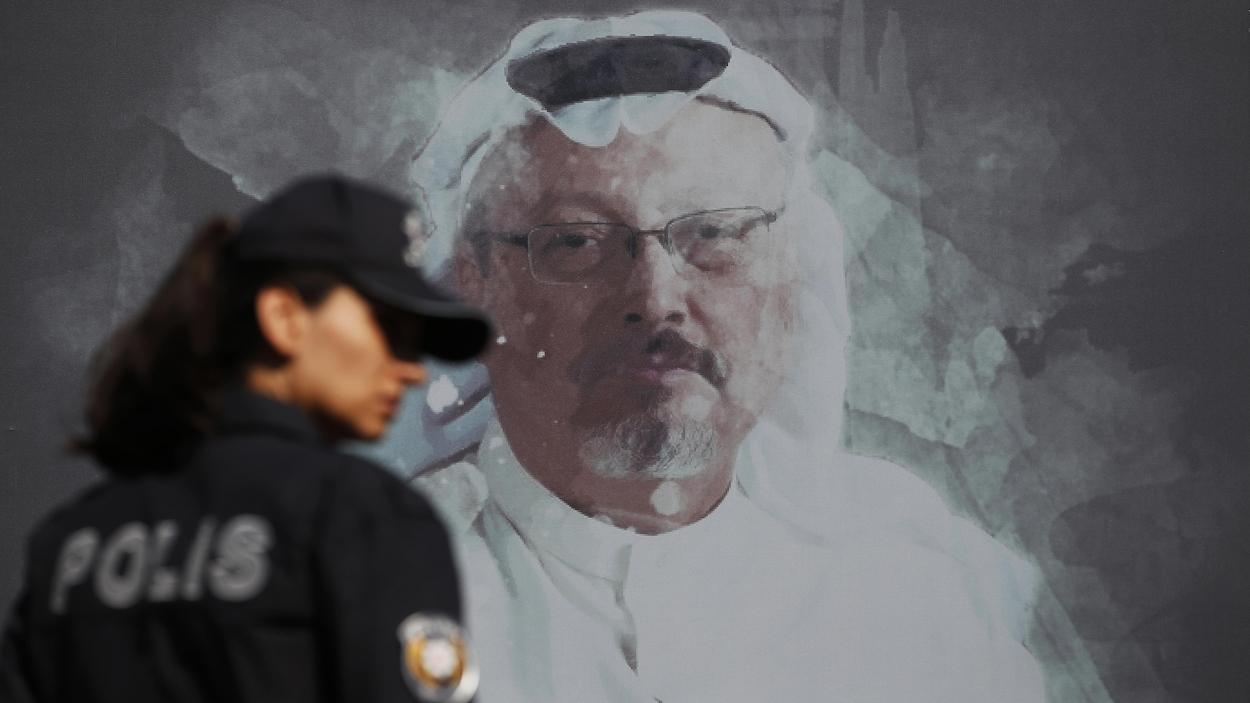 Une policière turque devant une image de Jamal Khashoggi.
