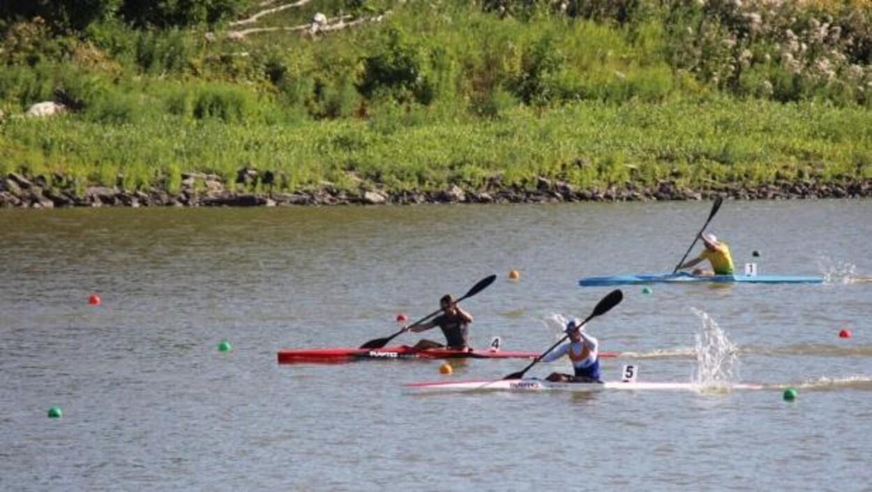 Vue d'une course de canoë-kayak.