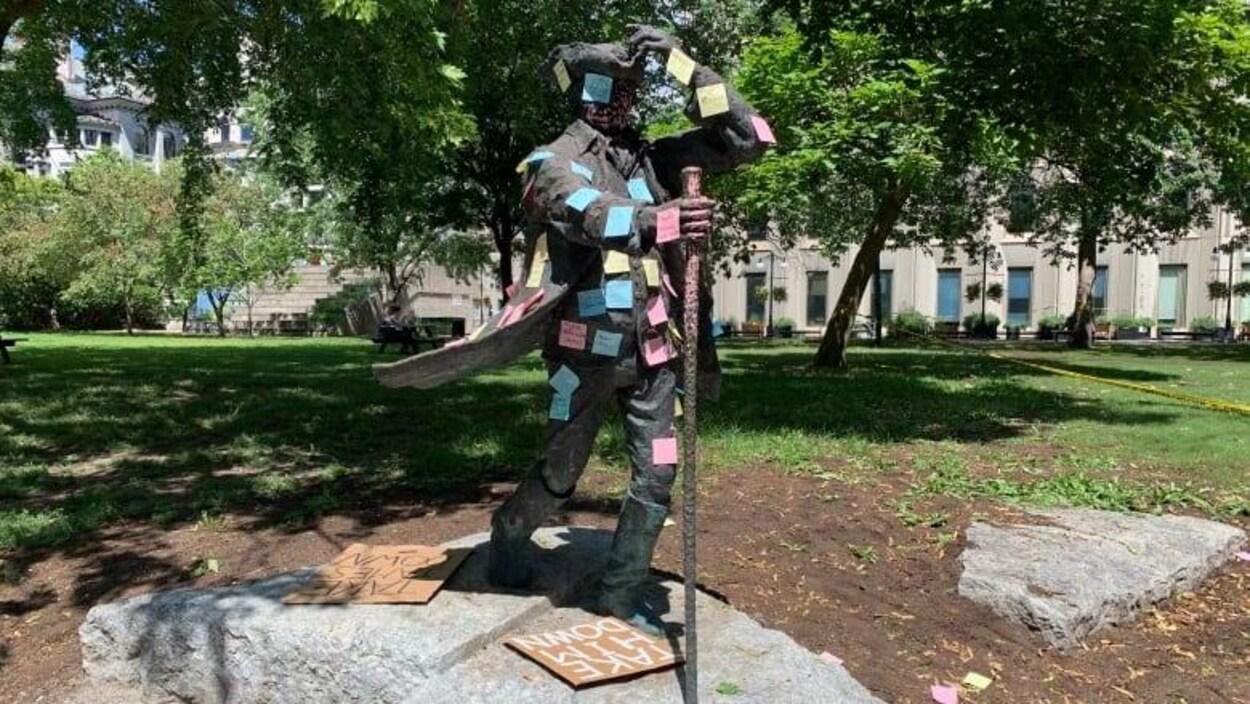 La statue de James McGill au milieu du campus universitaire.