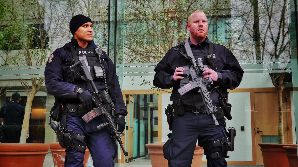 Des policiers de Vancouver équippé d'armes à feu