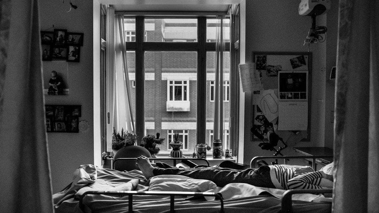 La fenêtre de la chambre de la mère de Jamie Woytiuk est décorée de plantes et de photos de famille.