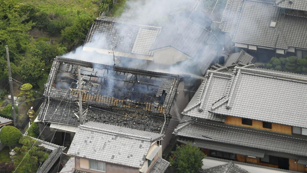 Une résidence incendiée après le tremblement de terre à  Takatsuki dans la préfecture d'Osaka au Japon.
