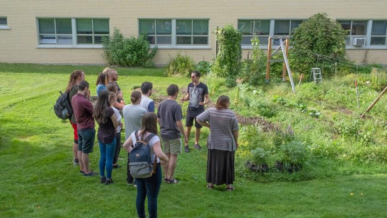 Des gens devant le jardin ancestral.
