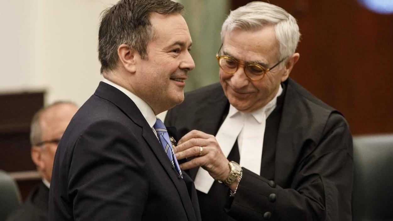Le directeur de la Chambre, Robert Wanner, met une épinglette sur le premier ministre de l'Alberta, Jason Kenney.