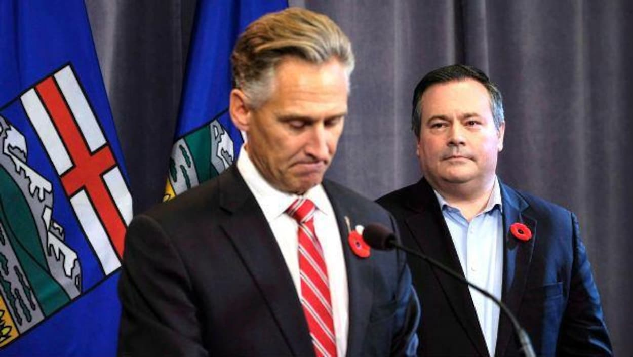 Le chef du Parti conservateur uni, Jason Kenney, à droite, regarde Dave Rodney annoncer sa démission du poste de député de Calgary-Lougheed.