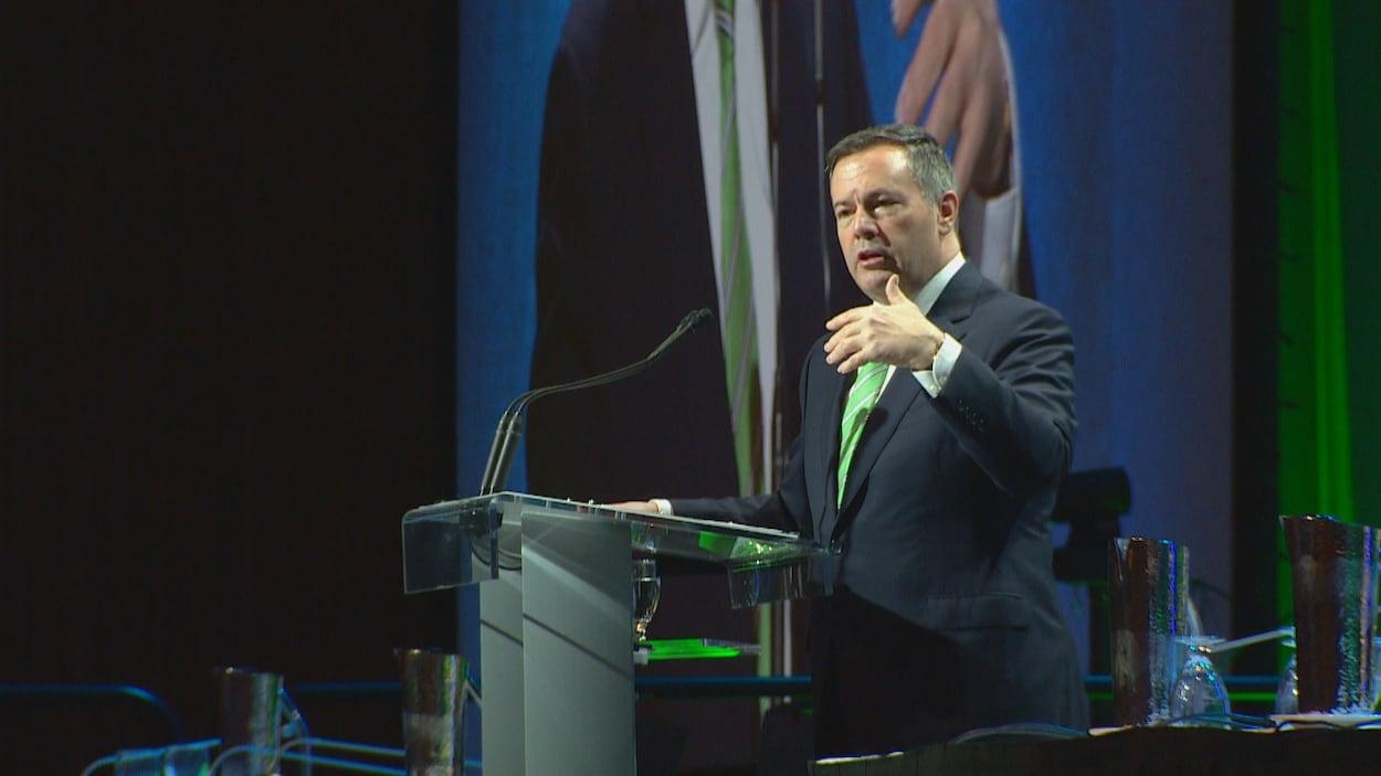 Le premier ministre albertain Jason Kenney fait un discours lors du congrès d'automne des maires et préfets ruraux à Edmonton le vendredi 15 novembre 2019.