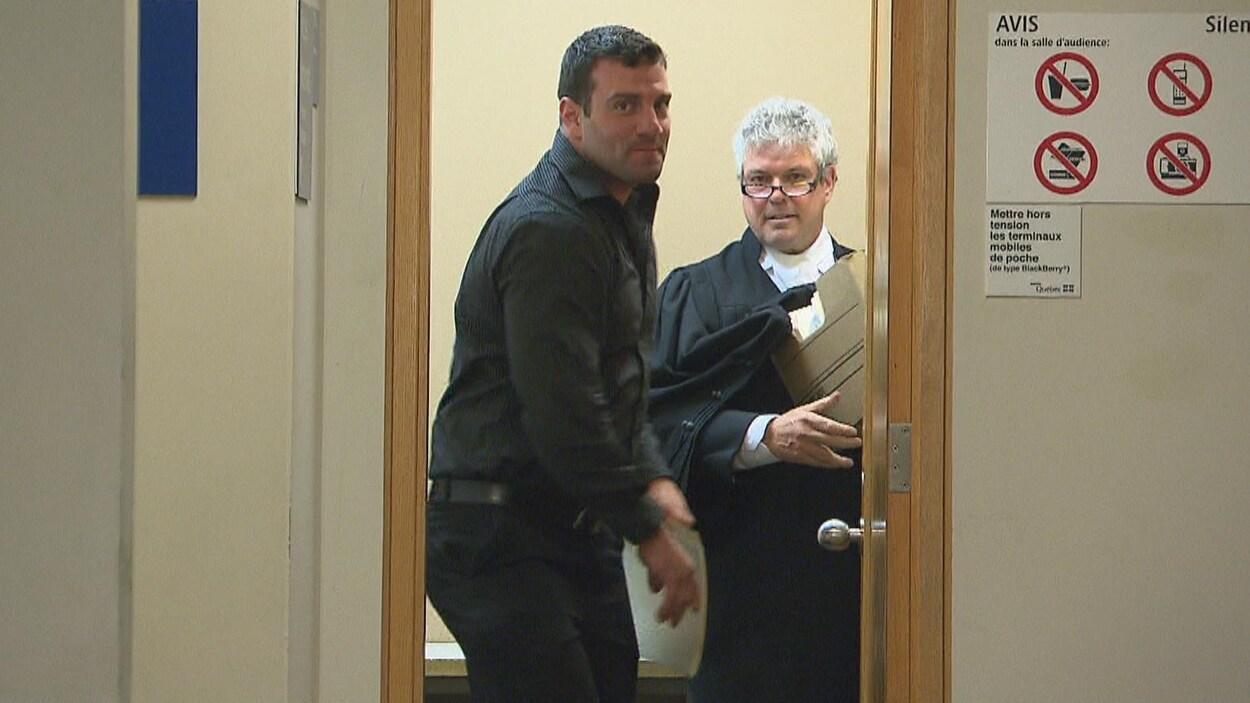 Jason Roy-Lagacé et Charles Cantin sortent d'une salle au palais de justice de Chicoutimi.