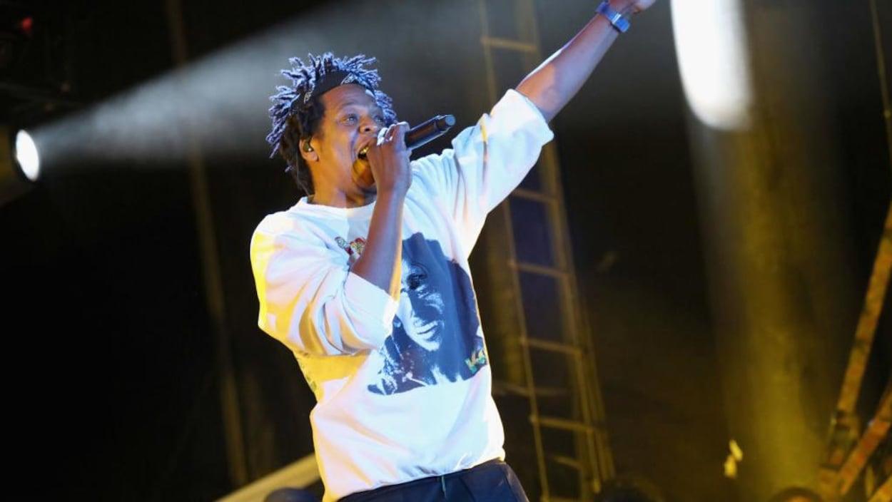 Jay-Z chante sur scène.