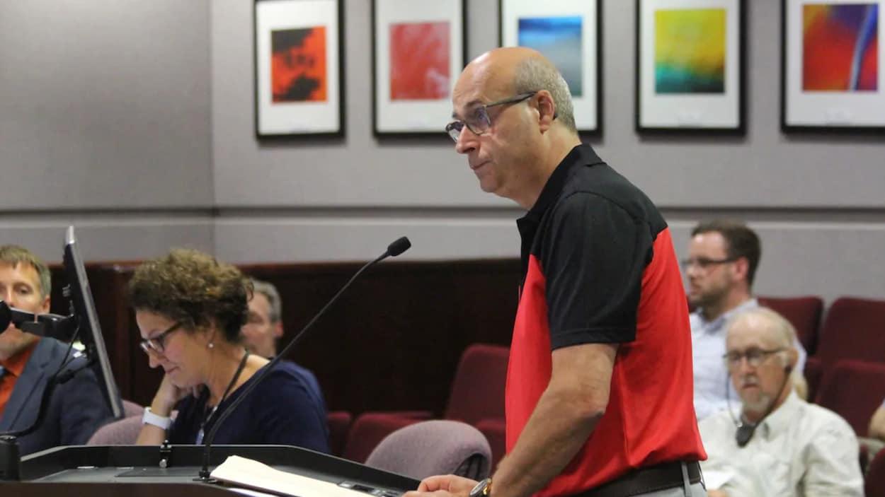 Le directeur général de la Maison Nazareth, Jean Dubé, s'adresse au conseil municipal de Moncton.