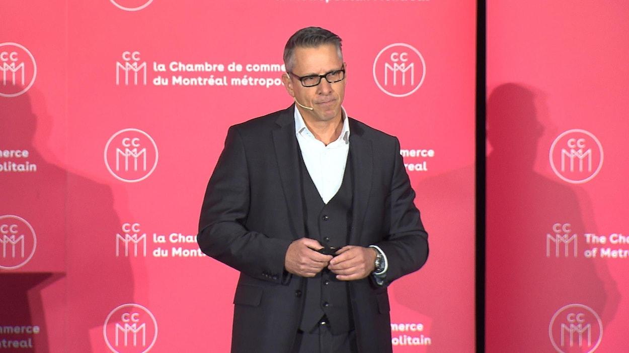 Jean-François Bergeron, PDG de la SQDC, parle sur une scène.