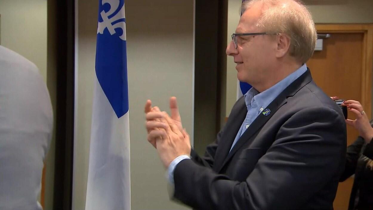Jean-François Lisée applaudit.