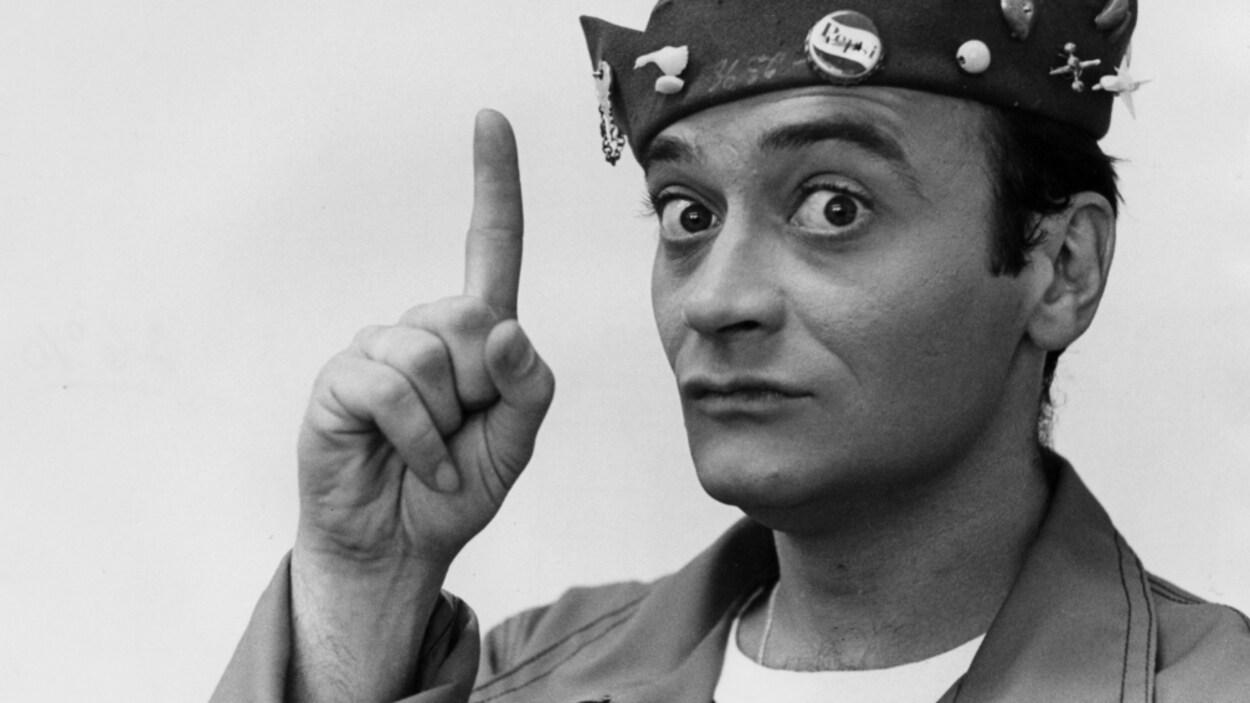 Jean-Louis Millette, dans son costume de Spidé, lève le doigt en l'air.