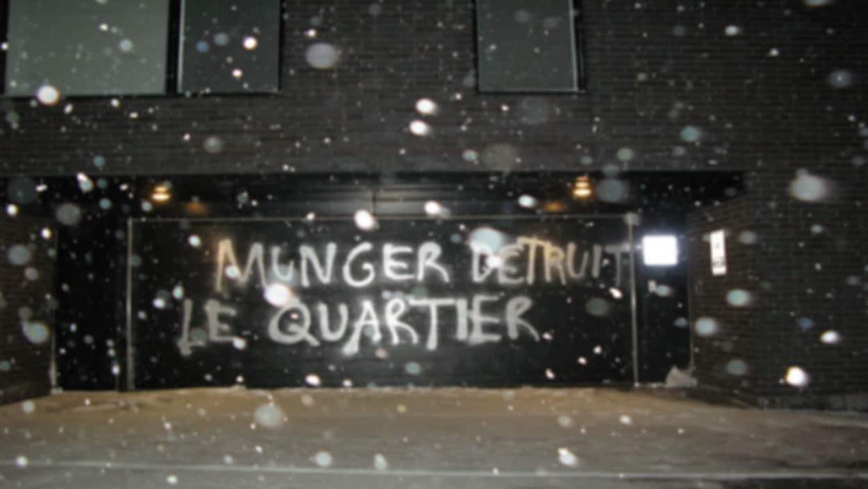 Une porte de garage vandalisée