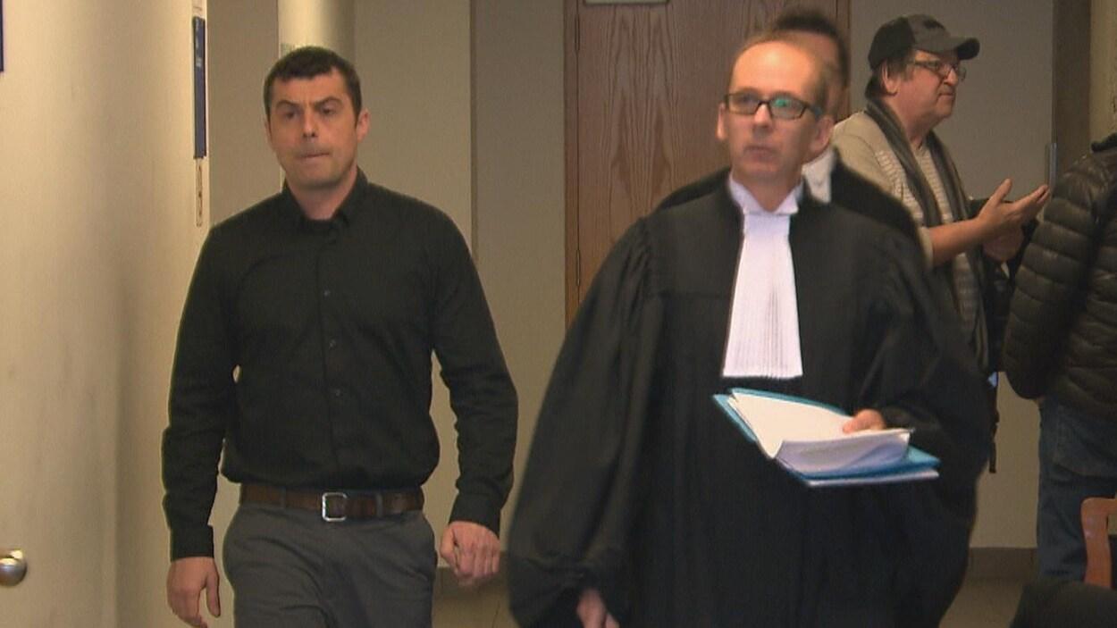 Jean-Philippe Blanchette et son avocat Luc Tourangeau dans les corridors du palais de justice.