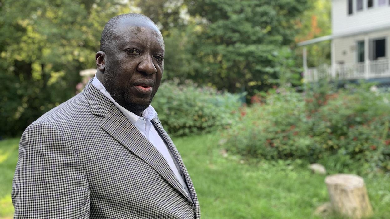 Jean-Robert Ngola est toujours ébranlé par les attaques racistes qu'il a subies.