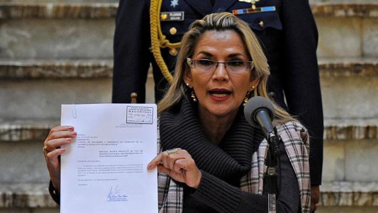Une femme présente un document.