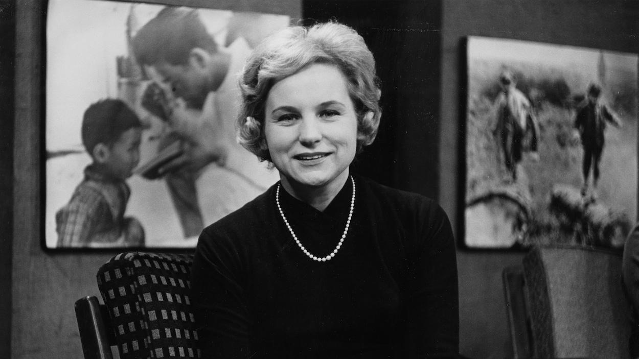 Jeanne Sauvé, souriante, assise dans un fauteuil