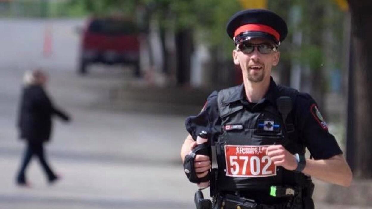 Le policier Jeff Bartsch en uniforme lors d'une course