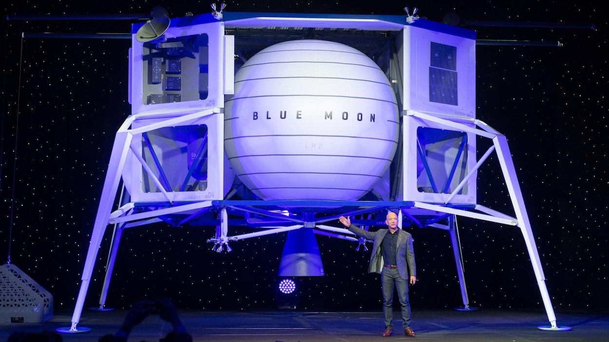 Le patron d'Amazon, Jeff Bezos, se tient devant ce à quoi devrait ressembler l'alunisseur proposé par son entreprise Blue Moon.