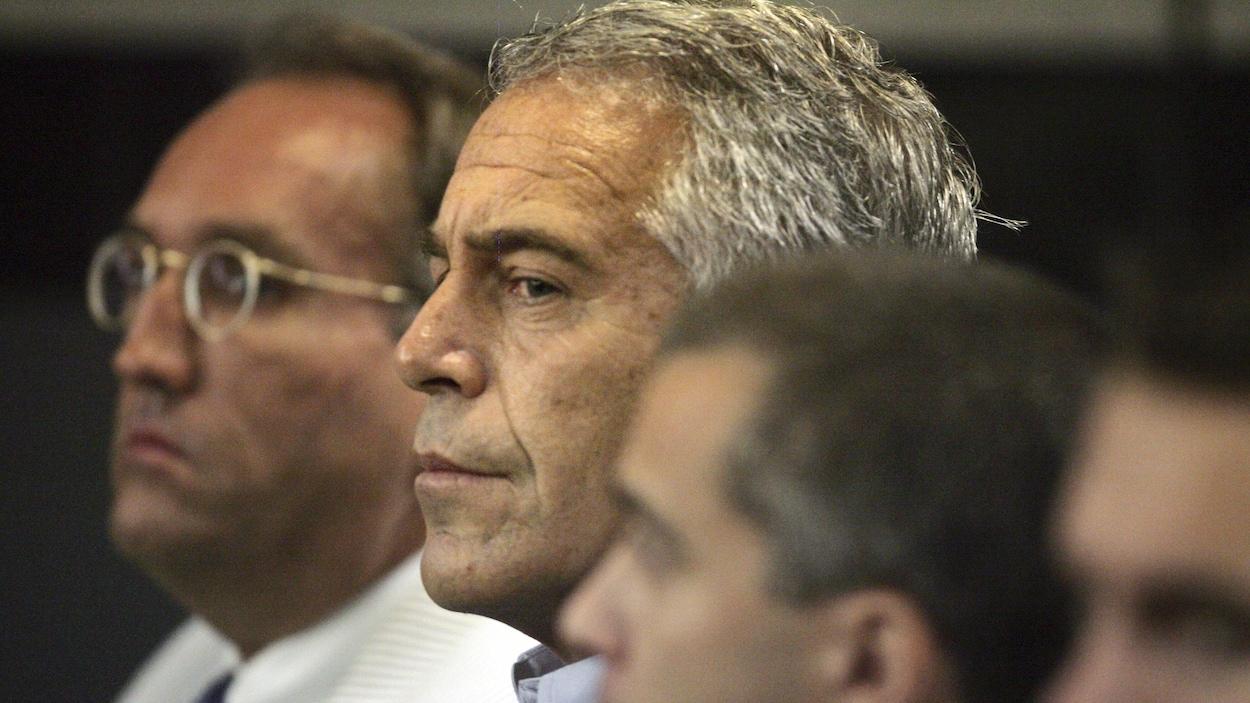 Un homme aux cheveux gris, entouré d'autres hommes, à la cour.