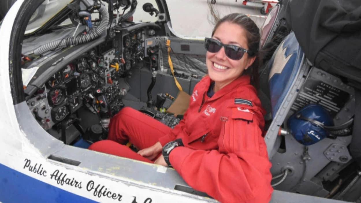 La capitaine Jenn Casey assise dans un appareil Tutor des Snowbirds.