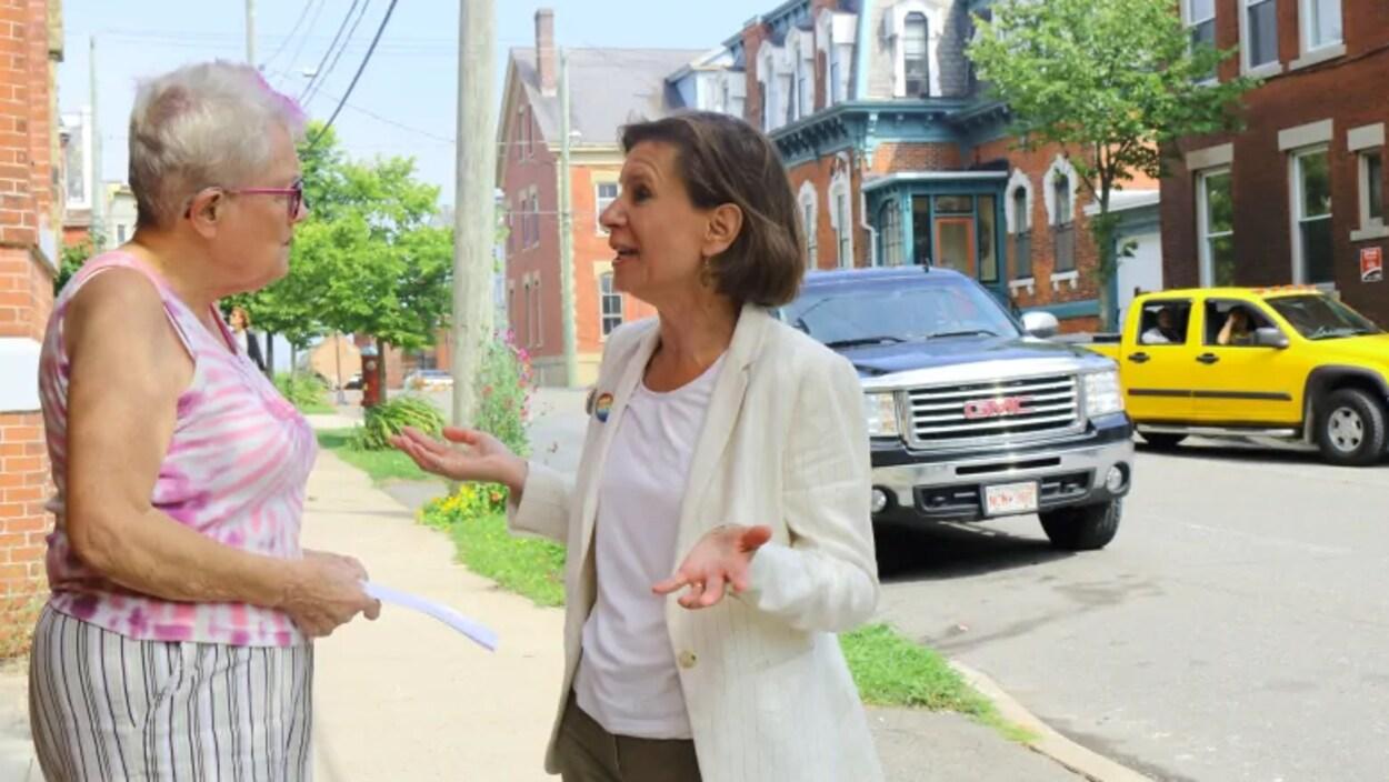 Jennifer McKenzie discute avec une citoyenne de Saint-Jean.