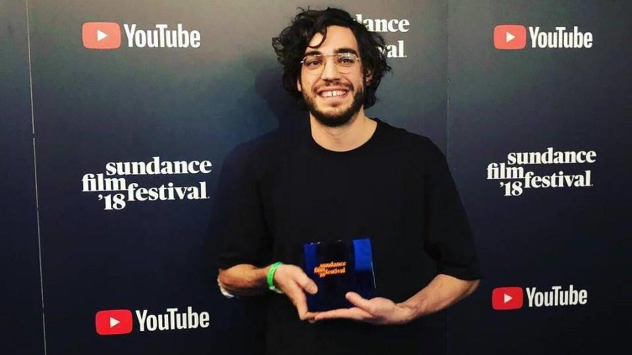 Jérémy Comte avec son prix remporté à Sundance.