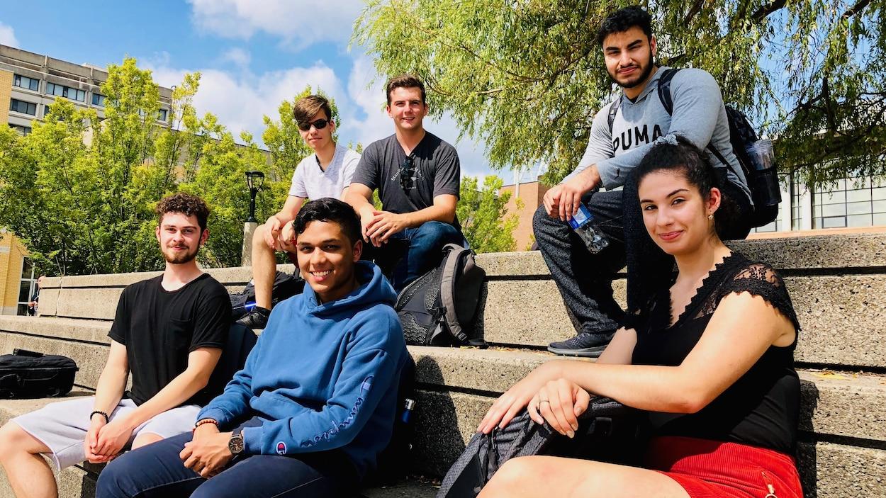 Six étudiants sont assis à l'extérieur de l'Université York. Ils pourront voter pour la toute première fois lors du scrutin fédéral du 21 octobre