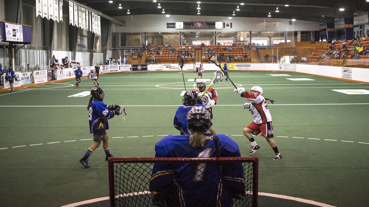 Une partie de crosse lors des Jeux autochtones de l'Amérique du Nord.
