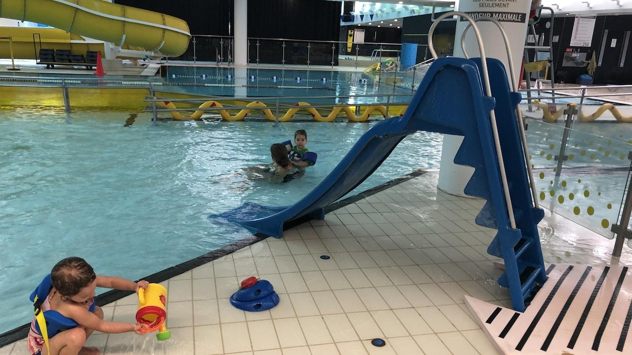 Enfants qui jouent dans l'eau avec les glissades.