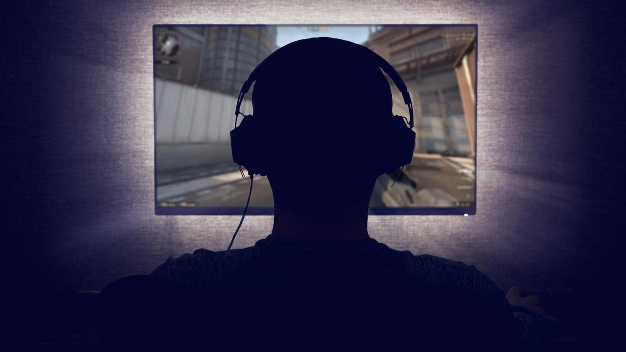 Un adolescent joue à un jeu vidéo