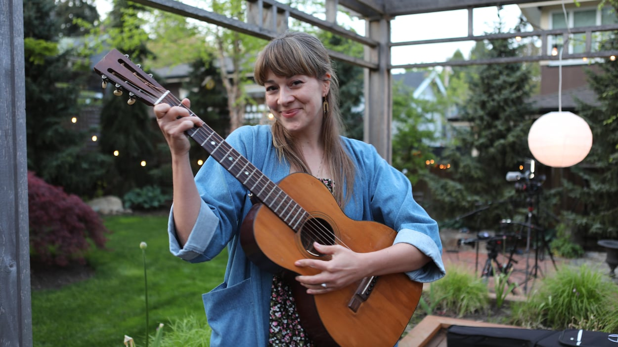 L'auteure-compositrice-interprète Jill Barber avec sa guitare.