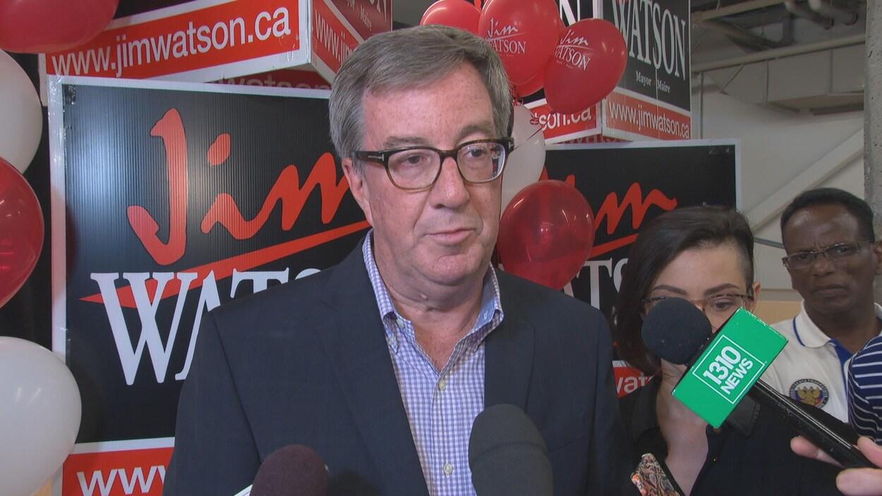 Jim Watson pendant une mêlée de presse après une réunion partisane.