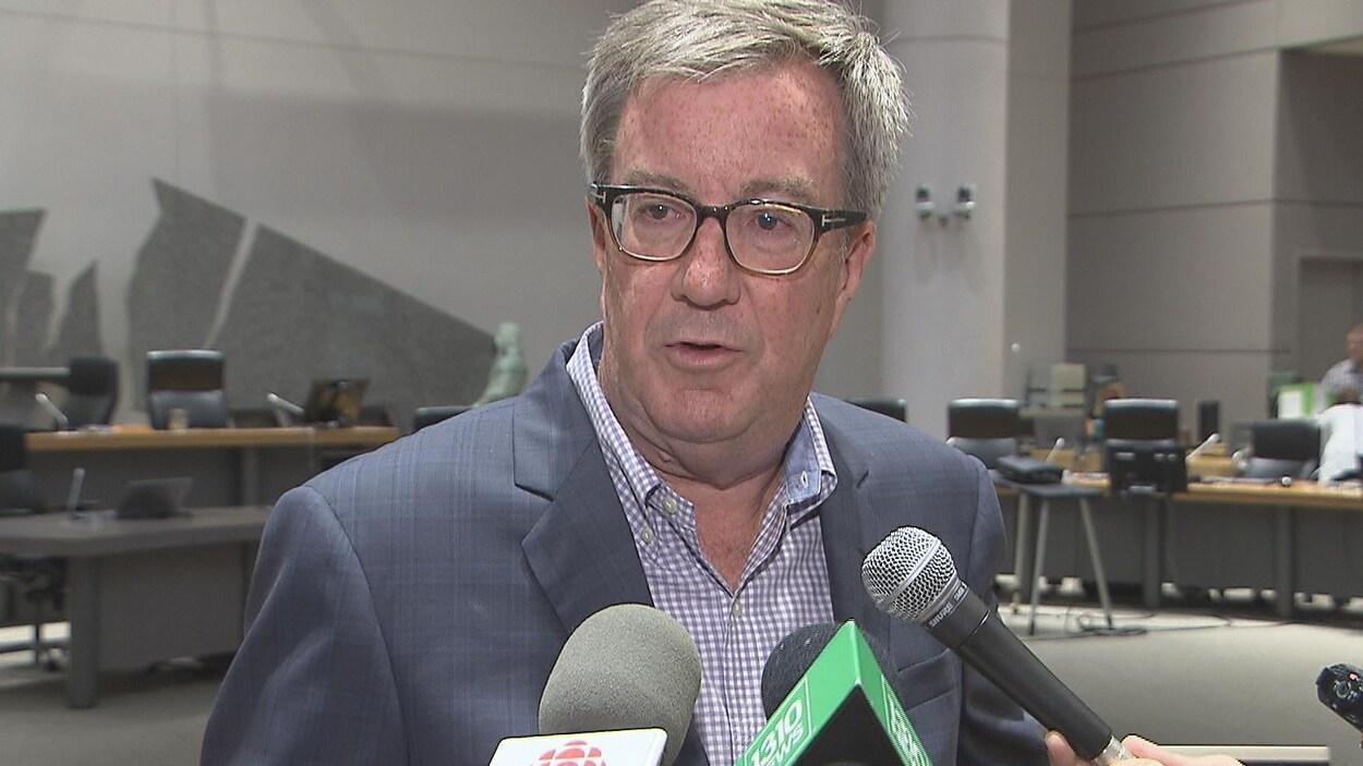 Jim Watson pendant une mêlée de presse dans la salle du conseil municipal d'Ottawa.
