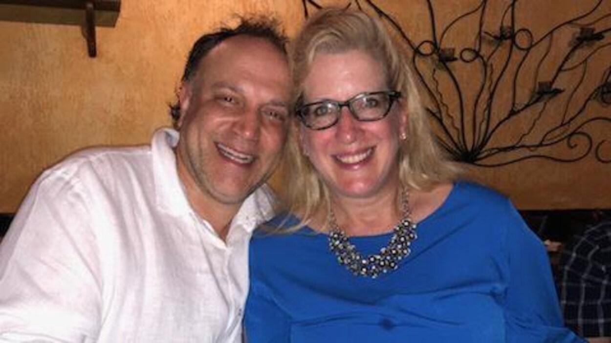Un homme et une femme souriant.