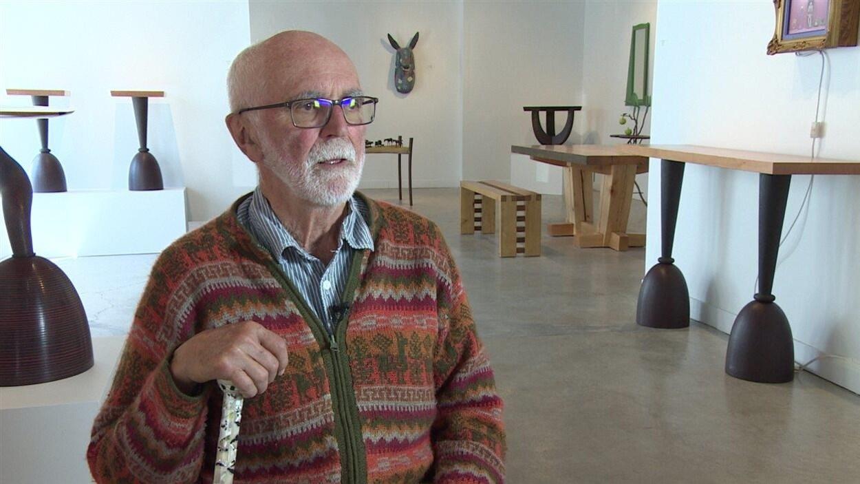Joe Fafard au milieu d'une exposition à la galerie d'art Slate à Regina en 2015