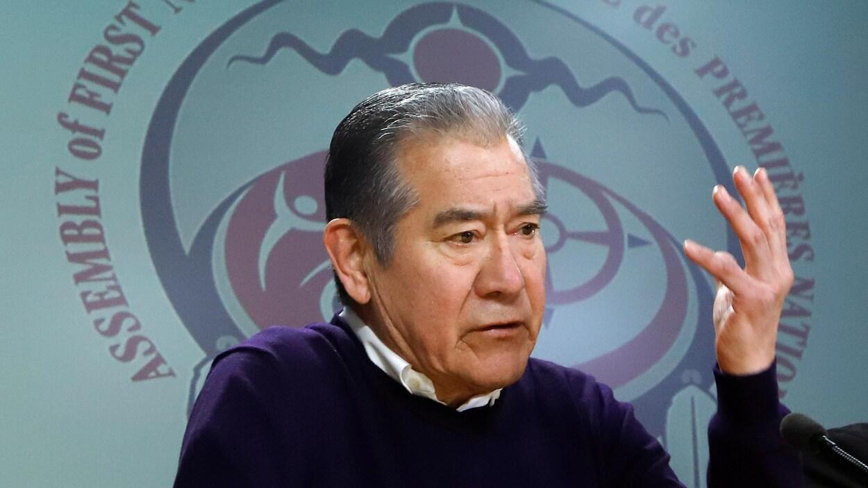 Joe Norton lors d'une conférence de presse de l'Assemblée des Premières Nations.