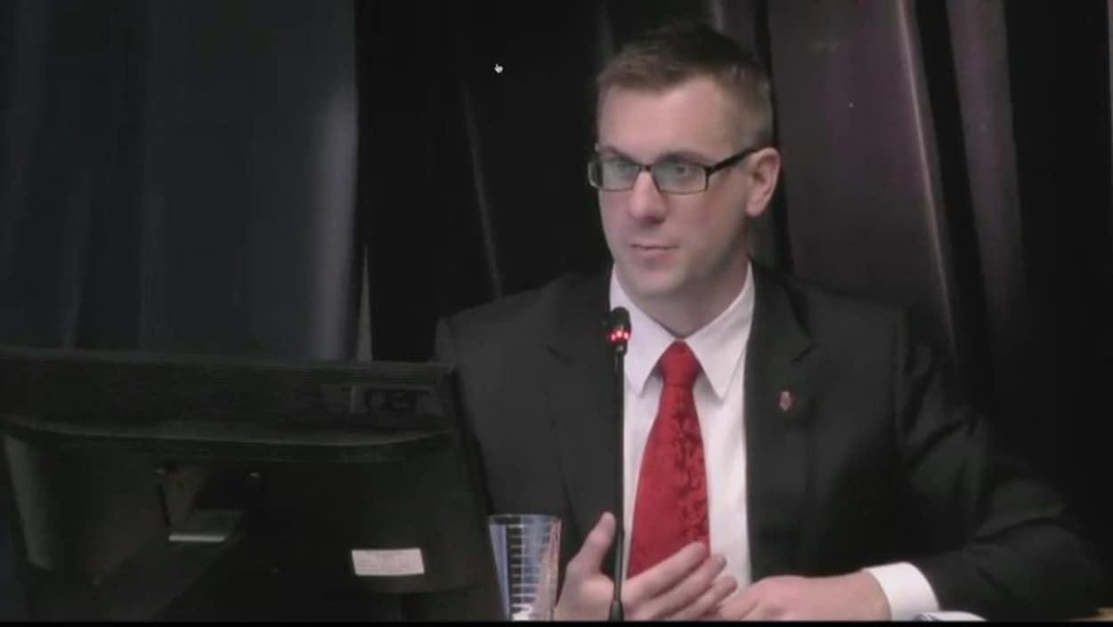 Le policier Joe Smyth témoigne durant l'enquête sur la mort de Don Dunphy.