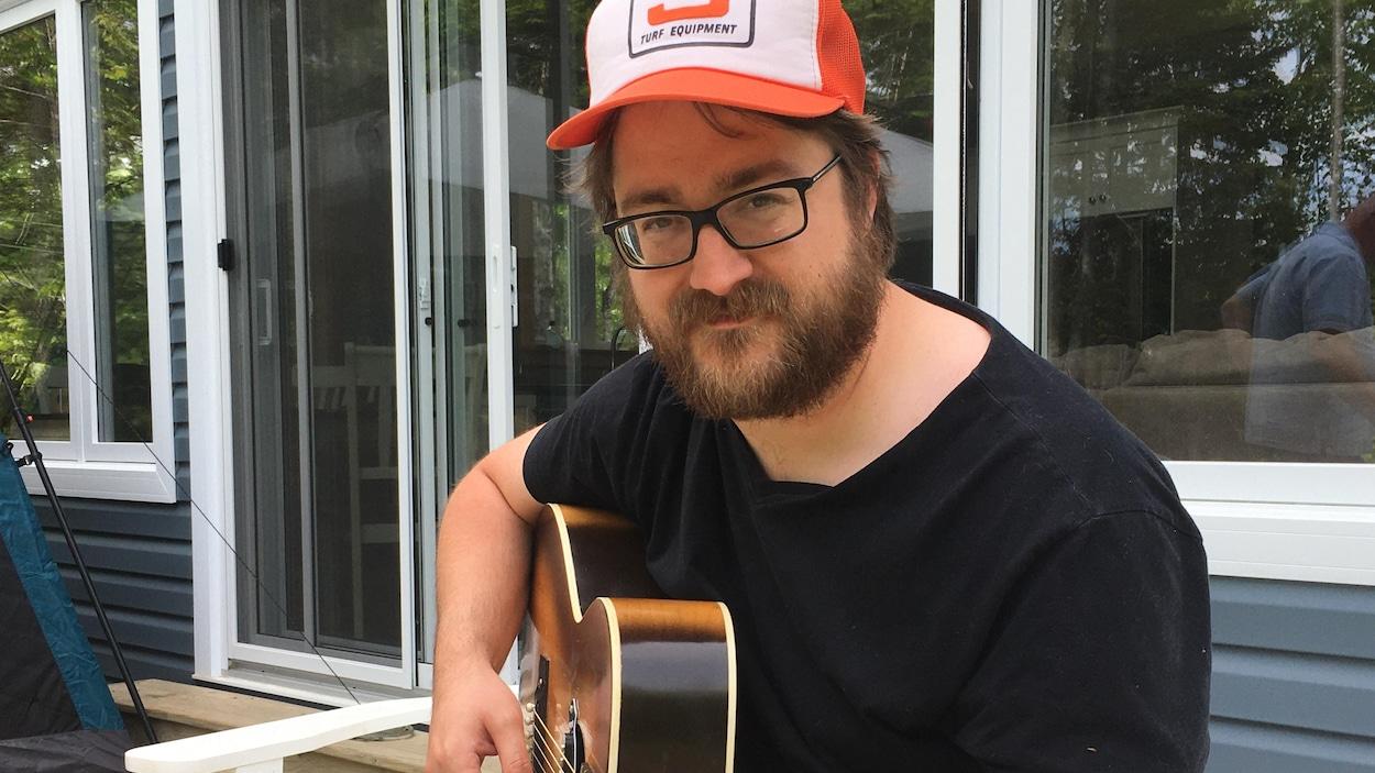 Guitare en main, l'artiste Joey Robin Haché y est allé d'une prestation musicale.