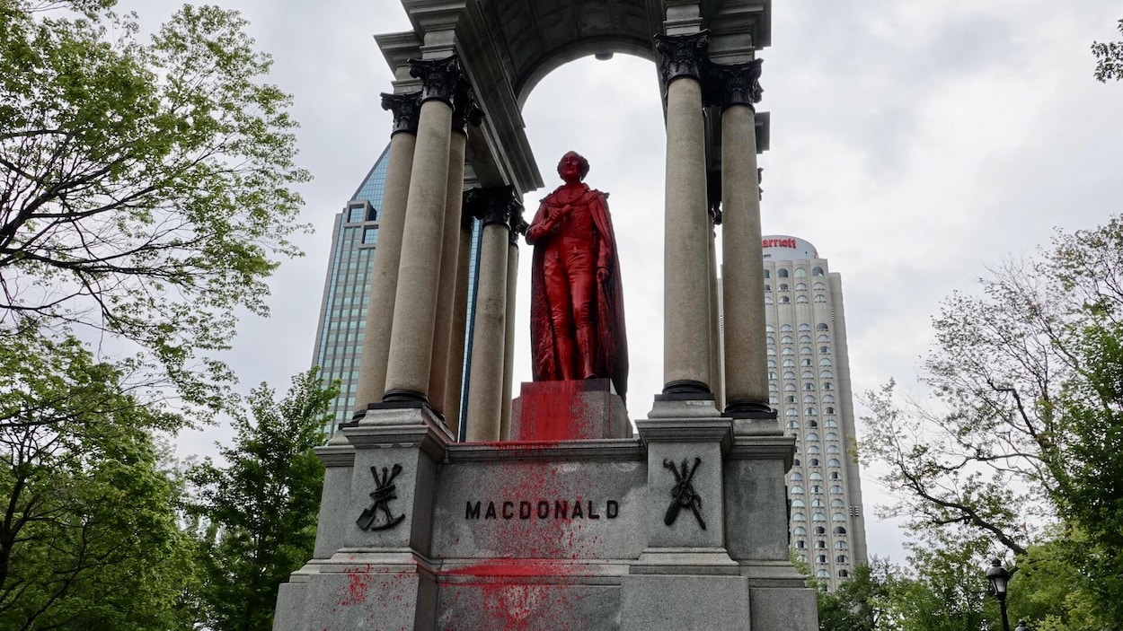 La statue de John A. Macdonald vandalisée à Montréal.